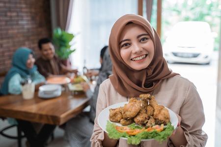 femme musulmane avec de la nourriture servie pour la famille Banque d'images