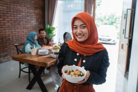 femme musulmane avec de la nourriture servie pour la famille