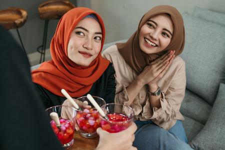 friend break fasting together in ramadan 版權商用圖片