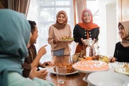 les musulmans ayant de la nourriture ensemble Banque d'images