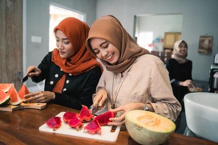 Amie musulmane préparant un cocktail de dessert aux fruits