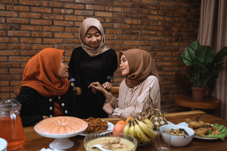 muslim woman talk to each other while dinner Imagens