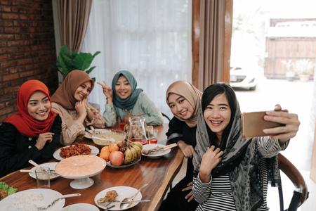 femme musulmane portant le hijab prendre selfie ensemble