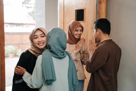 Câlin de la famille musulmane lors de la célébration de l'Aïd Moubarak