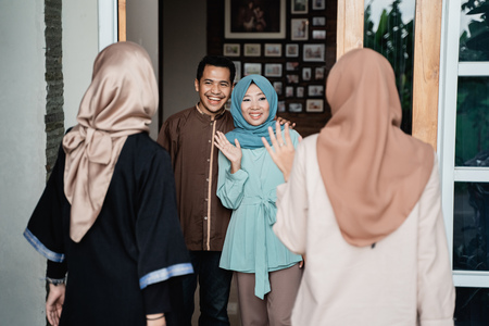 saludo familiar musulmán en casa dando la bienvenida Foto de archivo