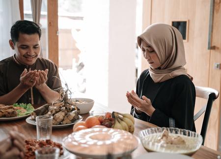 Muslime beten vor dem Fastenbrechen Standard-Bild