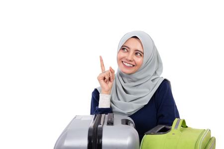 femme musulmane avec hijab pointant vers le haut