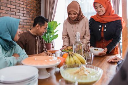 les musulmans ayant de la nourriture ensemble