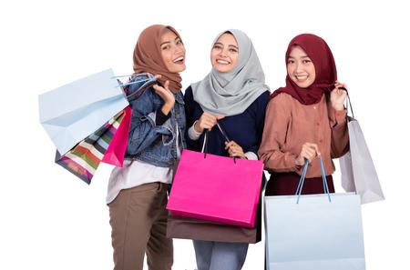 femme musulmane avec panier isolé