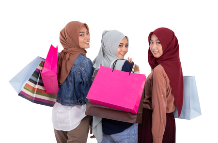 muslim woman with scarf holding shopping bag Foto de archivo