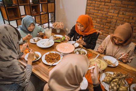 穆斯林人们一起吃晚餐