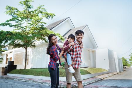 vader meeliften met zijn zoon voor het huis Stockfoto