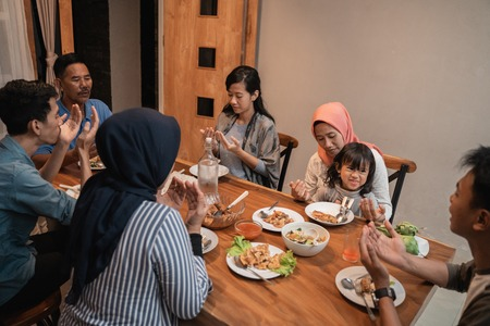 familia musulmana rezar antes de la cena