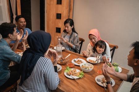 la famille musulmane prie avant le dîner