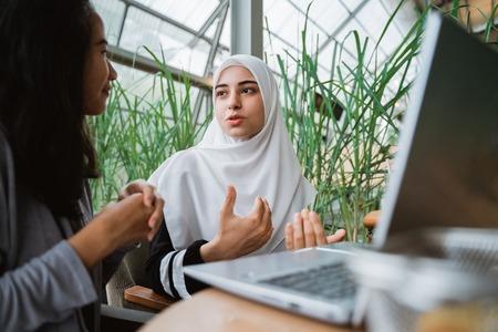 mujer musulmana árabe en conversación