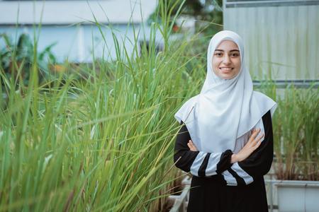 femme du Moyen-Orient avec les bras croisés