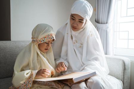 moeder en kind koran lezen Stockfoto