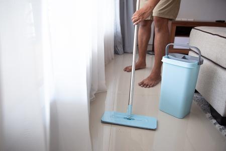 homme avec une vadrouille pour nettoyer le sol Banque d'images