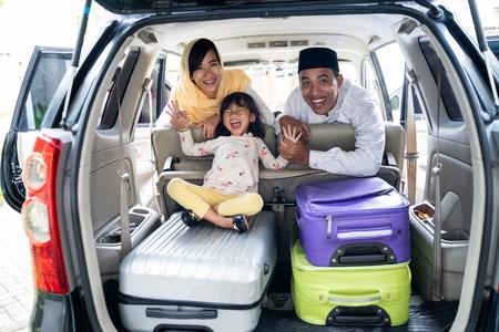 familia musulmana con maleta viajando Foto de archivo