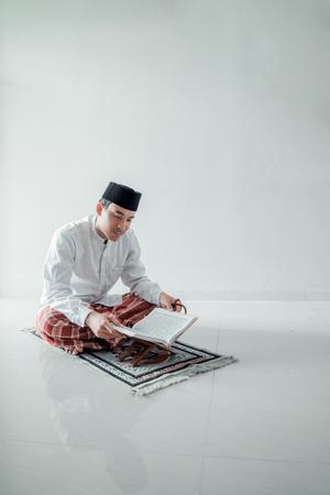 homme asiatique musulman priant Dieu Banque d'images