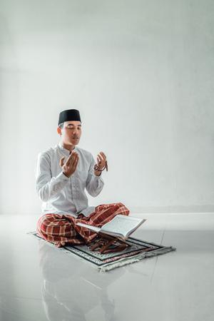 muzułmański azjatycki mężczyzna modlący się do boga