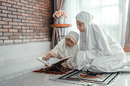 mother and kid reading quran 免版税图像 - 122175185