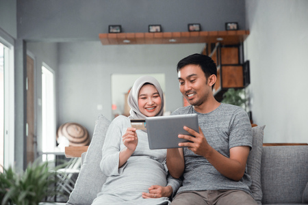 muslim couple buy and do payment using credit card Stok Fotoğraf