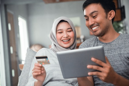 muslim couple buy and do payment using credit card Archivio Fotografico