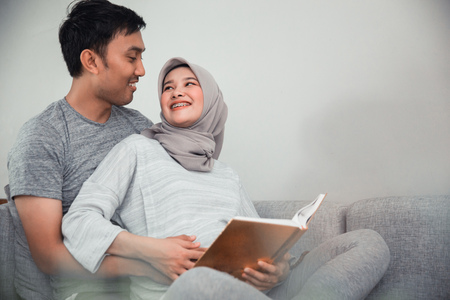 couple pregnant read quran Stock Photo