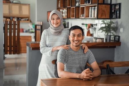 一緒にダイニングルームに座っているイスラム教徒のカップル