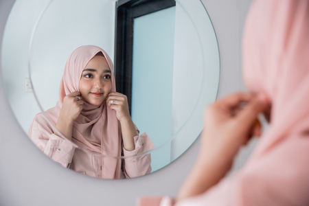 muslim woman make up her self in the mirror 스톡 콘텐츠