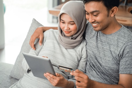 muslim couple buy and do payment using credit card
