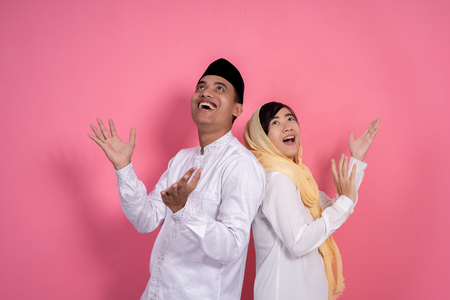 muslim couple looking up copyspace Banco de Imagens