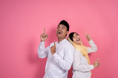 muslim couple looking up copyspace Imagens