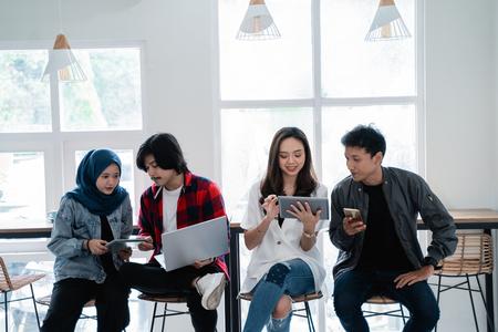 asiatische beste Freundin im Café lächelt in die Kamera