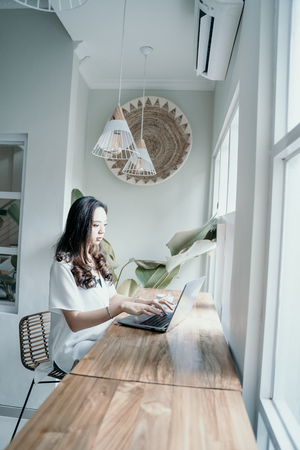 asian woman enjoy while working herself in cafe Stockfoto