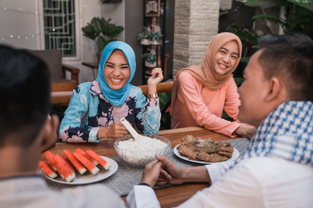 Happiness of frienship when enjoy eating iftar together 版權商用圖片