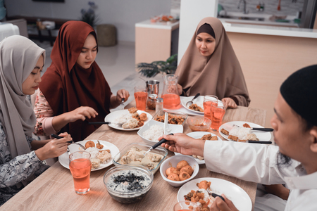 asian muslim family iftar dinner together 版權商用圖片
