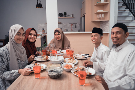 happy muslim having dinner at home break fasting on ramadan 版權商用圖片