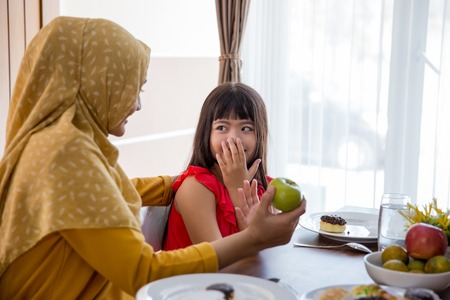daughter refuse to eat apple