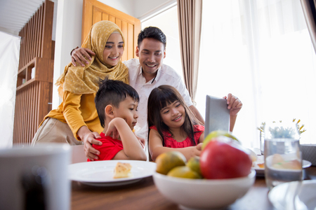 kinderen en ouders die tablet-pc gebruiken