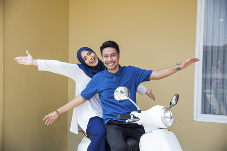 muslim couple riding motorcyle Banque d'images