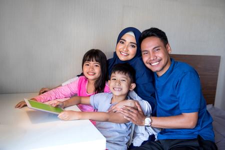 usando tablet pc con los padres Foto de archivo