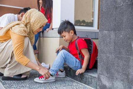 aider son fils à mettre ses chaussures