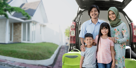 Aziatische moslim familie reizen concept