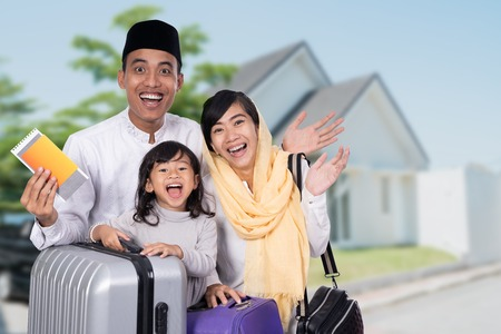 muslim family with suitcase and passport travelling 免版税图像