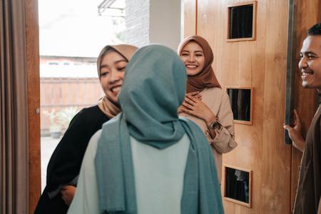 muslime besuchen freunde und familie auf eid mubarak