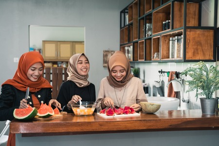 young hijab woman prepare fruits to make cocktail Stok Fotoğraf