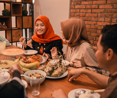 Happiness of hijrah family when enjoy eating iftar together