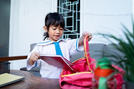 independent young kindergarten student preparing her own stuff before going to school Stok Fotoğraf - 123731451